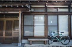 Calle, pared y bici, viejo estilo de Japón de la casa Fotos de archivo libres de regalías