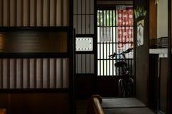 Calle, pared y bici, viejo estilo interior de Japón de la casa Imagenes de archivo