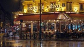 Calle parisiense con la gente en el café, visión en la noche lluviosa metrajes