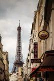 Calle parisiense contra torre Eiffel en París, Francia Imagen de archivo libre de regalías