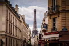 Calle parisiense contra torre Eiffel en París, Francia Imágenes de archivo libres de regalías