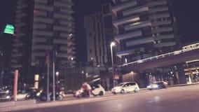Calle, paso superior peatonal y rascacielos metrajes