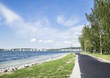 Calle peatonal al lado del lago en un día de verano soleado Fotografía de archivo
