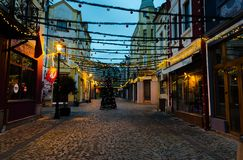 Calle peatonal con las decoraciones de la Navidad en el distrito de Kapana en Plovdiv, Bulgaria