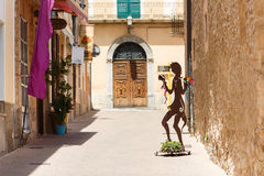 Calle peatonal en Arta, Mallorca fotos de archivo