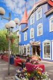 Calle peatonal en el centro de Akureyri, Islandia Foto de archivo libre de regalías