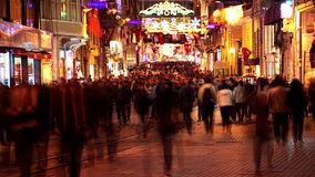 Calle peatonal en Estambul en la noche Timelapse 4K