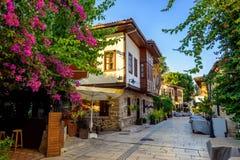 Calle peatonal en la ciudad vieja de Antalya, Turquía foto de archivo