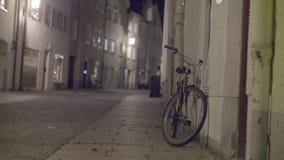 Calle peatonal en la noche almacen de metraje de vídeo