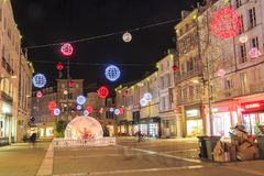 Calle peatonal iluminada por la decoración numerosa de la Navidad en el centro de ciudad del niort Fotos de archivo