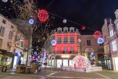 Calle peatonal iluminada por la decoración numerosa de la Navidad en el centro de ciudad del niort Imágenes de archivo libres de regalías