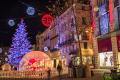 Calle peatonal iluminada por la decoración numerosa de la Navidad en el centro de ciudad del niort Fotos de archivo libres de regalías
