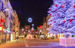 Calle peatonal iluminada por la decoración numerosa de la Navidad en el centro de ciudad del niort Imagen de archivo