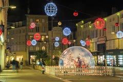 Calle peatonal iluminada por la decoración numerosa de la Navidad en el centro de ciudad del niort Foto de archivo