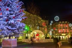 Calle peatonal iluminada por la decoración numerosa de la Navidad en el centro de ciudad del niort Fotografía de archivo