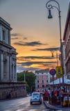 Calle peatonal pintoresca con las tiendas, los restaurantes y el cielo colorido del edificio y escénico con la gente que camina,  foto de archivo libre de regalías