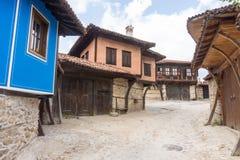 calle Piedra-construida en Koprivshtitsa, Bulgaria Foto de archivo