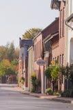 Calle pintoresca con las casas del ladrillo rojo imagenes de archivo