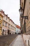 Calle pintoresca en el distrito de Hradcany cerca del castillo de Praga imagenes de archivo