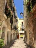Calle pintoresca en la ciudad vieja imágenes de archivo libres de regalías