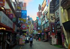 Calle por completo de las muestras y de los anuncios de la tienda en Seul, Corea fotos de archivo libres de regalías