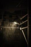 Calle poste ligero bajo noche que nieva Fotografía de archivo
