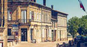 Calle principal con sus tiendas en la pequeña ciudad de Montagne Foto de archivo