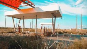 calle principal de América Ruta 66 vídeo de la cámara lenta del camino 66 de la crisis que aprovisiona de combustible Vieja gasol metrajes