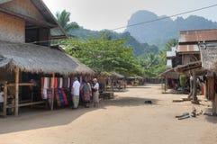 Calle principal de la aldea de Muangeko Imágenes de archivo libres de regalías