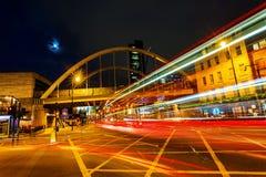 Calle principal de Shoreditch en Londres, Reino Unido, en la noche Foto de archivo libre de regalías