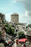 Calle principal del bazar de Mostar en la ciudad vieja con los peatones que pasan cerca Mostar es una de las señales principales  fotografía de archivo