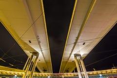 Calle principal vista de debajo en la noche fotos de archivo libres de regalías