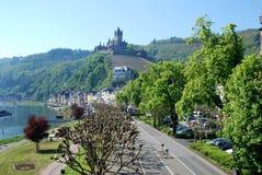Calle principal y castillo de Cochem en el río Mosela en Alemania foto de archivo libre de regalías