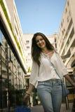 Calle que camina del adolescente con los panieres Imagen de archivo