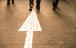 Calle que camina del pavimento blanco de la flecha derecho con peo que camina foto de archivo libre de regalías