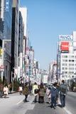 Calle que camina en día de fundación nacional en FEBRUAY 11, 2015 en Ginza, Tokio Fotografía de archivo libre de regalías