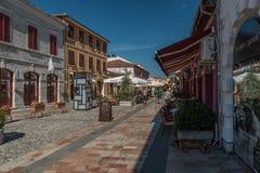 Calle que camina en la ciudad de Shkodra, Albania del norte imagenes de archivo