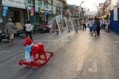 Calle que camina para el festival asiático de la ciudad con el caballo Imagenes de archivo