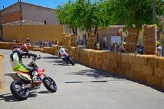 Calle que compite con las bicis Imagenes de archivo