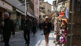 Calle que hace compras apretada en ciudad vieja La ciudad vieja de Atenas es uno de los distritos principales de las compras en l almacen de metraje de vídeo