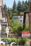 Calle que lleva a la montaña en la ciudad de Smolyan bulgaria Fotografía de archivo