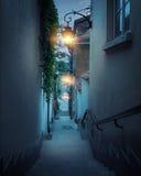 Calle romántica de la ciudad vieja en Varsovia en la noche Foto de archivo libre de regalías