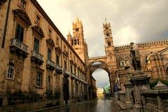 Calle secundaria de la catedral de Palermo con el arco y la torre, Fotos de archivo