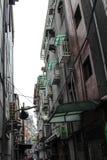 Calle secundaria de Taipei con las ventanas enjauladas Imagenes de archivo