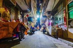 Calle secundaria vieja en Taipei en la noche Fotos de archivo
