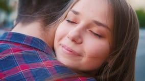 Calle sincera del abrazo de los pares de la emoci?n de las sensaciones del amor metrajes