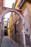 Calle sola sucia de Venecia Foto de archivo libre de regalías