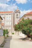 Calle soleada de la ciudad antigua Bosnia y Herzegovina, ciudad vieja de Trebinje Fotografía de archivo
