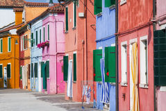 Calle soleada en Burano colorido. Foto de archivo