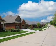 Calle suburbana alineada con los hogares del ladrillo Foto de archivo